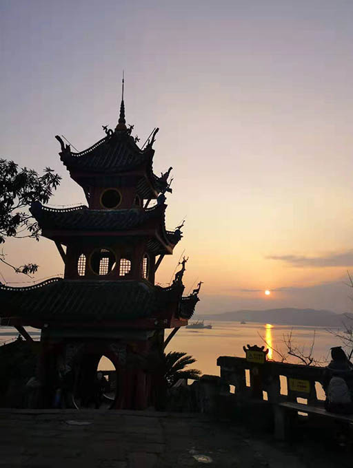 I was so lucky to see the sunset over the top of Shibaozhai Pagoda.